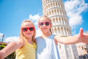 Børn foran det skæve tårn i Pisa