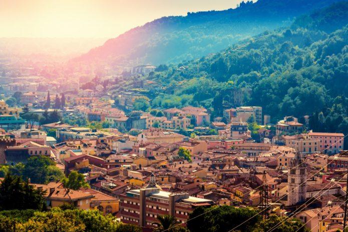 Blick über Carrara in der Toskana