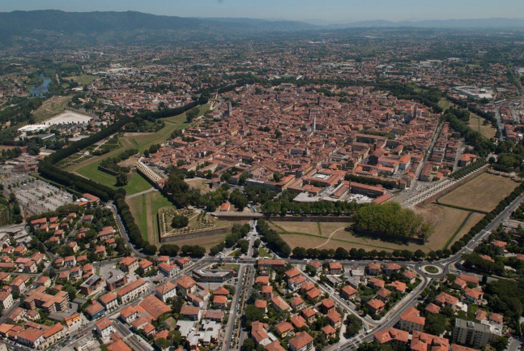 Lucca mit der Stadtmauer